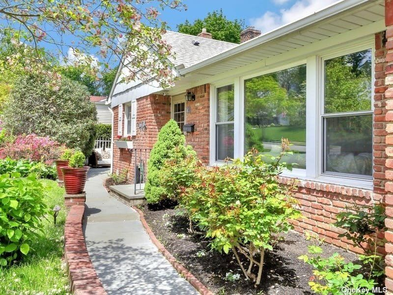 Photo of 41 Sideview Drive, Oyster Bay, NY 11771 (MLS # 3312991)