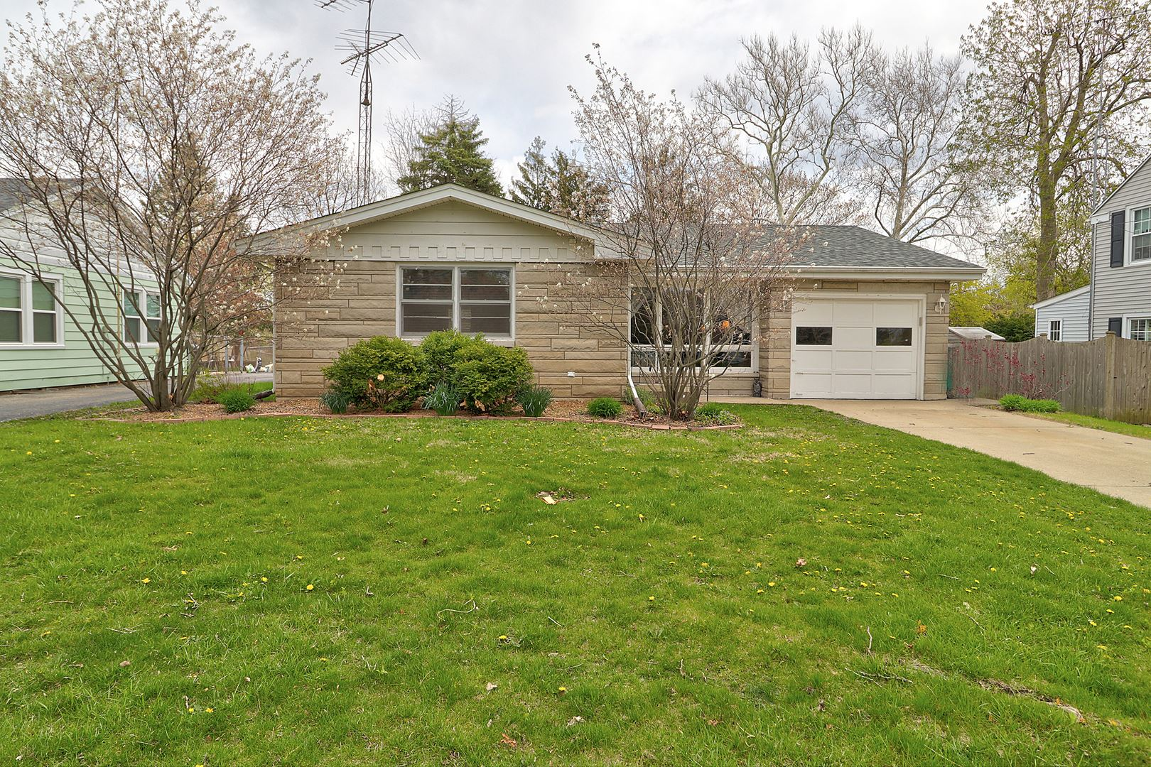 Photo of 916 DAWES Avenue, Joliet, IL 60435 (MLS # 11062121)
