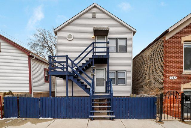 Photo for 915 West 18th Place, Chicago, IL 60608 (MLS # 10626182)