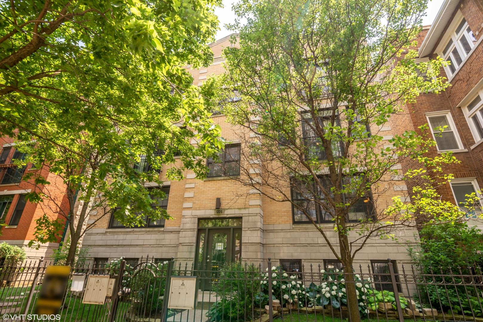 Photo for 925 W Lakeside Place #2E, Chicago, IL 60640 (MLS # 10939282)