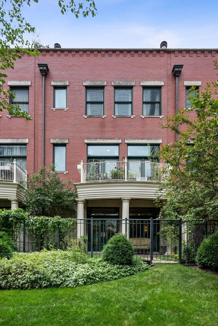 Photo for 449 N Canal Street, Chicago, IL 60654 (MLS # 11045333)