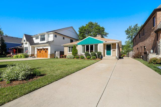 Photo of 118 Berteau Avenue, Elmhurst, IL 60126 (MLS # 11113894)