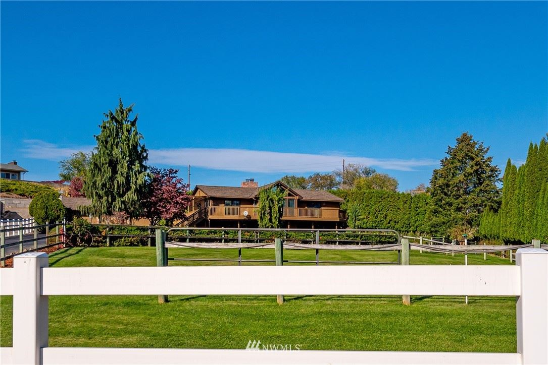 Photo of 1604 Walnut Place, Wenatchee, WA 98801 (MLS # 1681237)