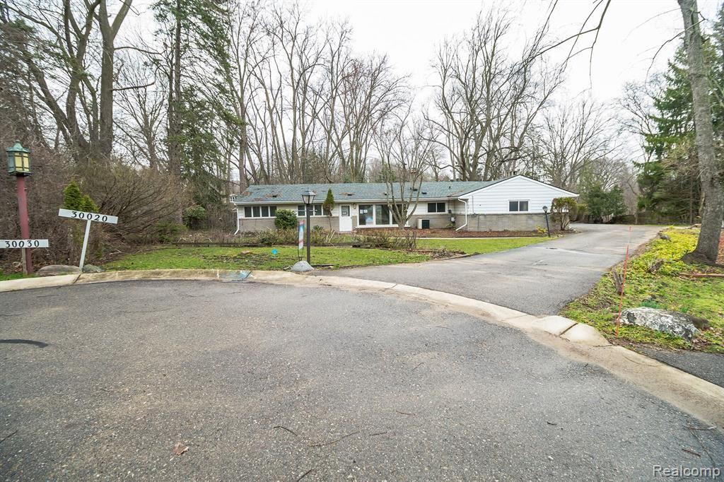 Photo of 30020 MINGLEWOOD Lane, Farmington Hills, MI 48334 (MLS # 219095368)