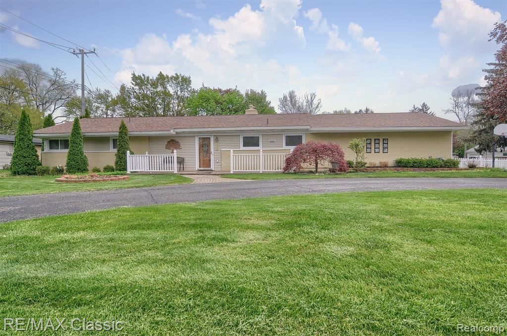 Photo of 5333 W BRIARCLIFF KNOLL Drive, West Bloomfield, MI 48322 (MLS # 2210026686)