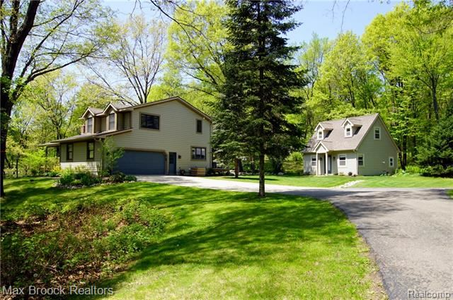 Photo for 8862 AUTUMNGLO Drive, Springfield Township, MI 48348 (MLS # 219052830)