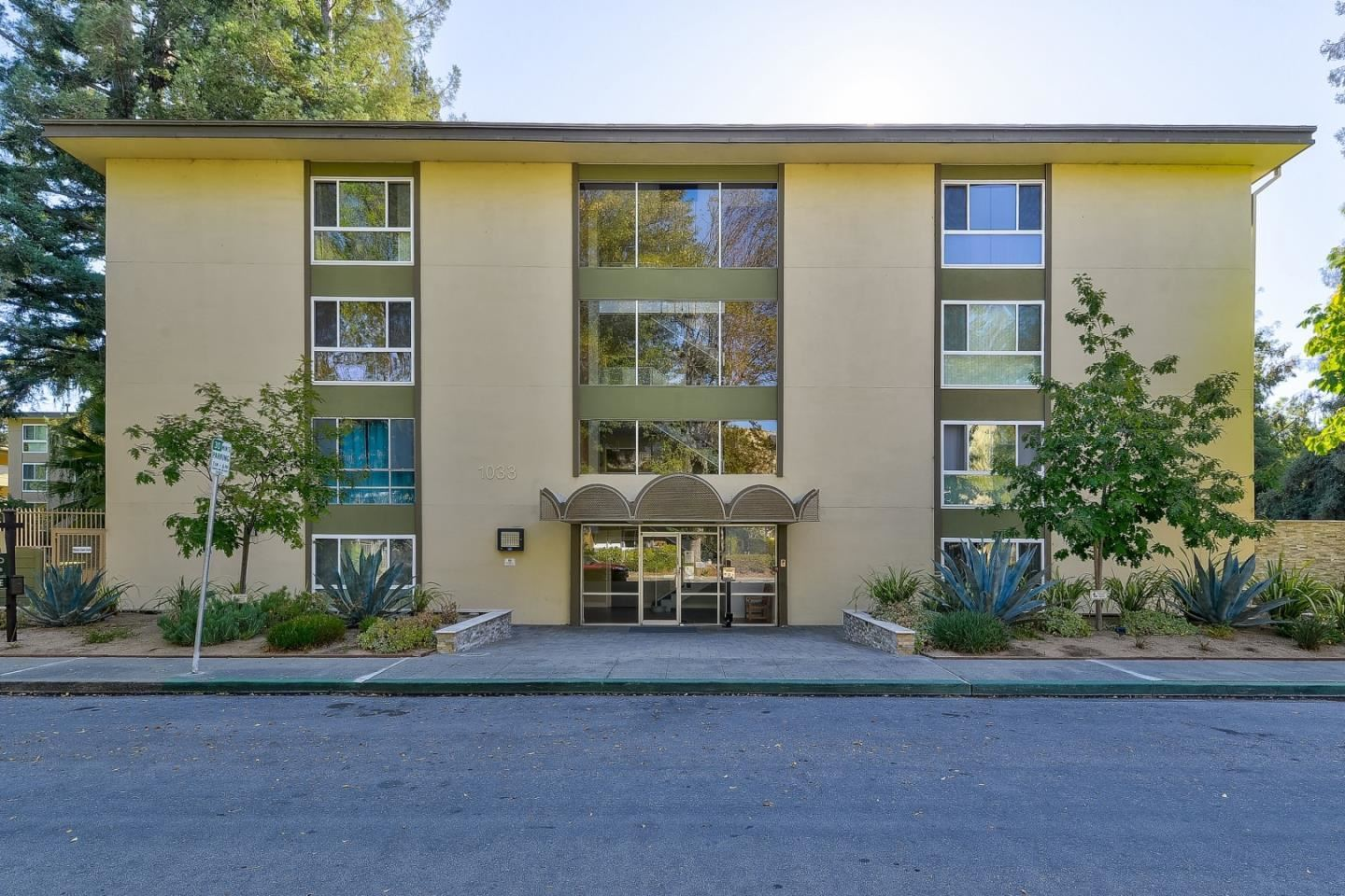 Photo for 1033 Crestview DR 304 #304, MOUNTAIN VIEW, CA 94040 (MLS # ML81821074)