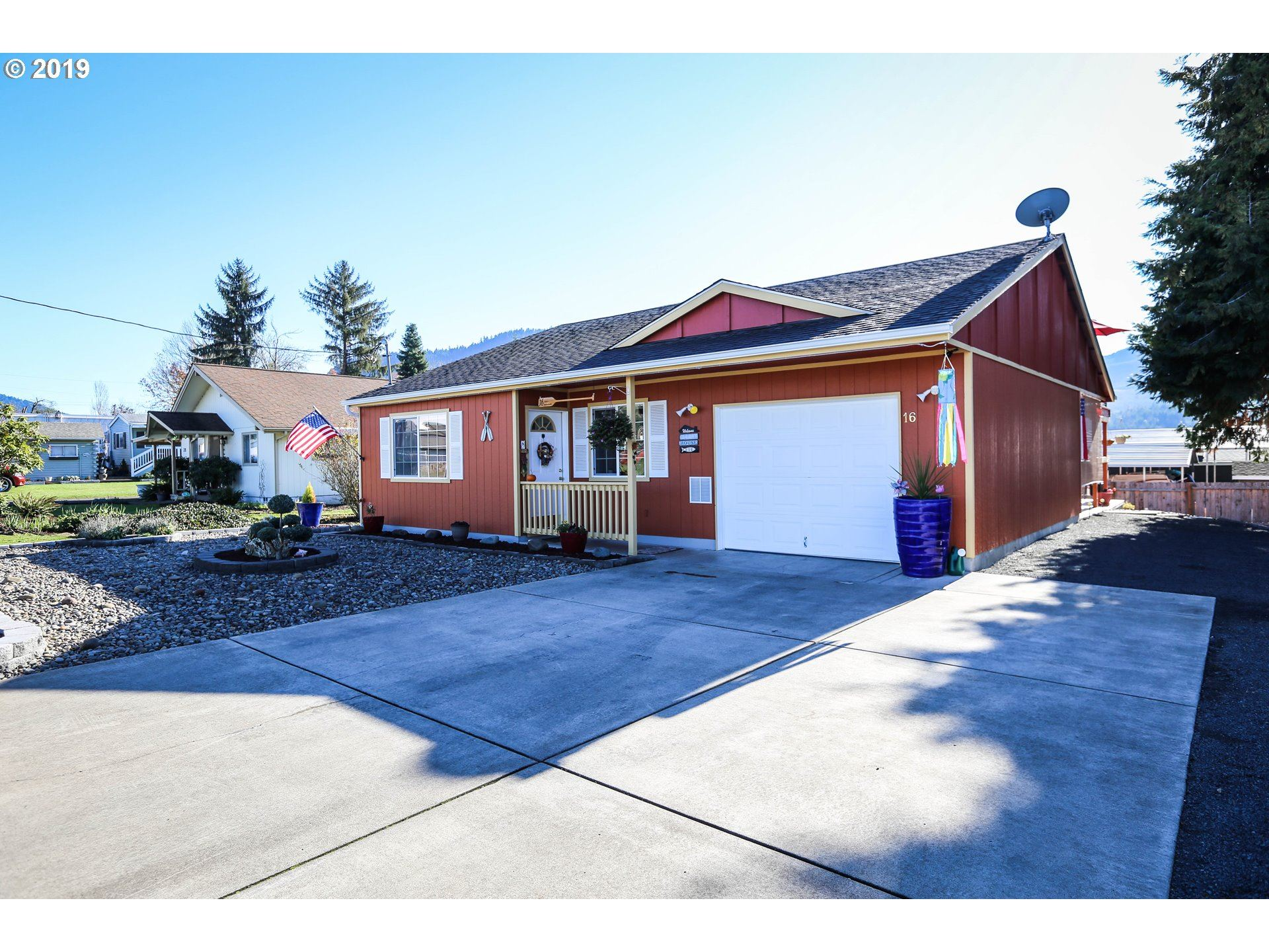 Photo for 16 E LAKEVIEW AVE, Lowell, OR 97452 (MLS # 19159022)