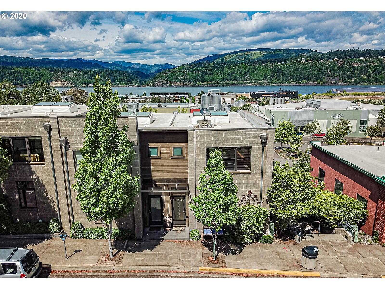 Photo of 606 CASCADE AVE, Hood River, OR 97031 (MLS # 20601111)