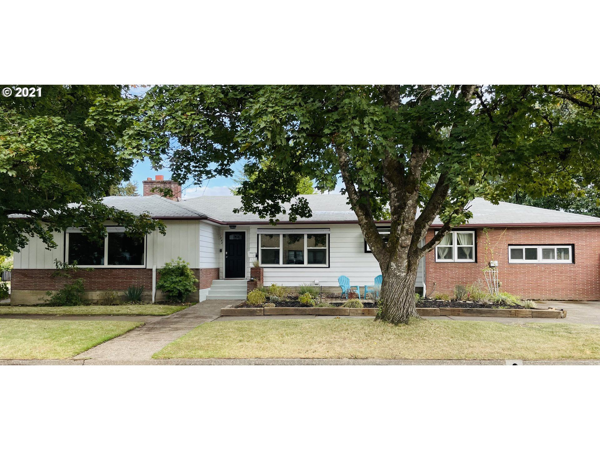 Photo of 1350 NE DAVIS ST, McMinnville, OR 97128 (MLS # 21562194)