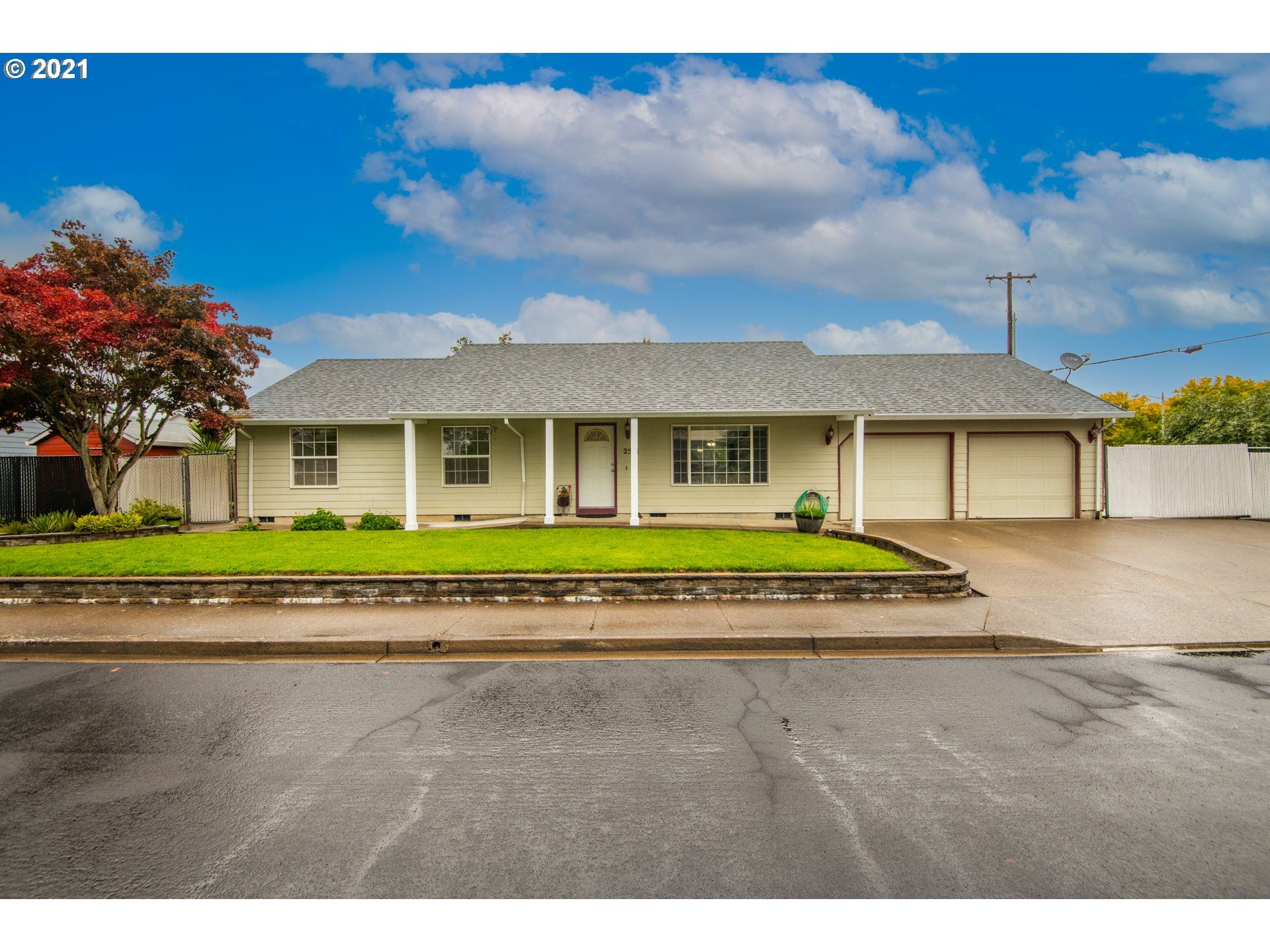 Photo of 2581 NE AARON DR, McMinnville, OR 97128 (MLS # 21639219)