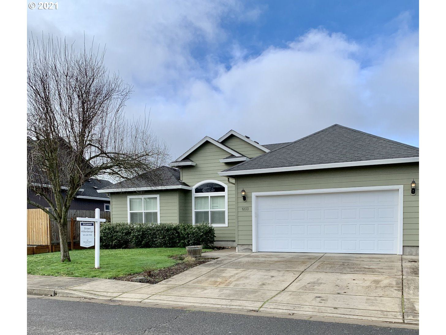 Photo for 1233 HAZELNUT CT, Creswell, OR 97426 (MLS # 21133532)