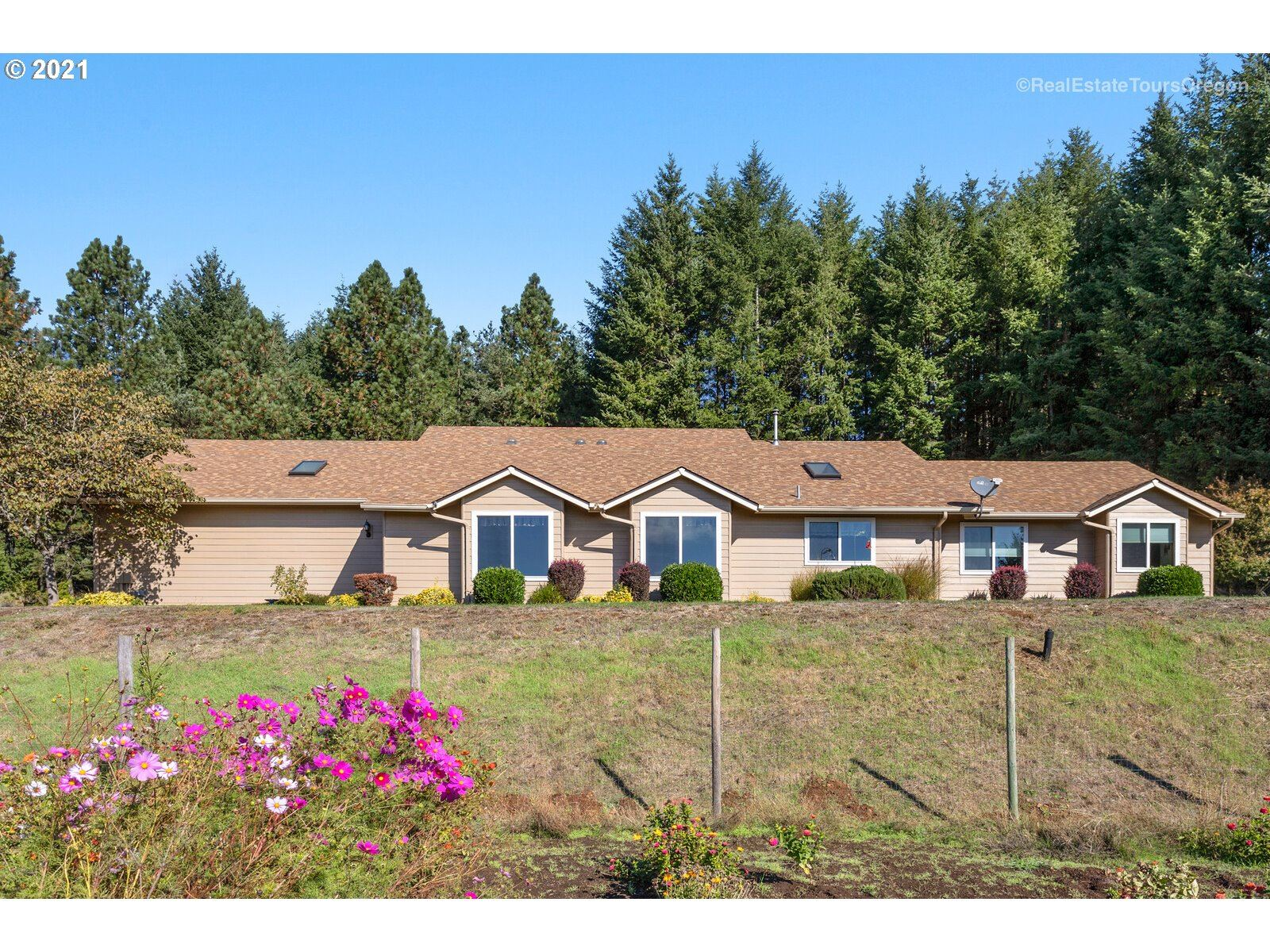 Photo of 17385 NE FAIRVIEW DR, Dundee, OR 97115 (MLS # 21606664)