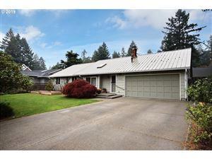 Photo of 3615 UPPER DR, Lake Oswego, OR 97035 (MLS # 19196668)