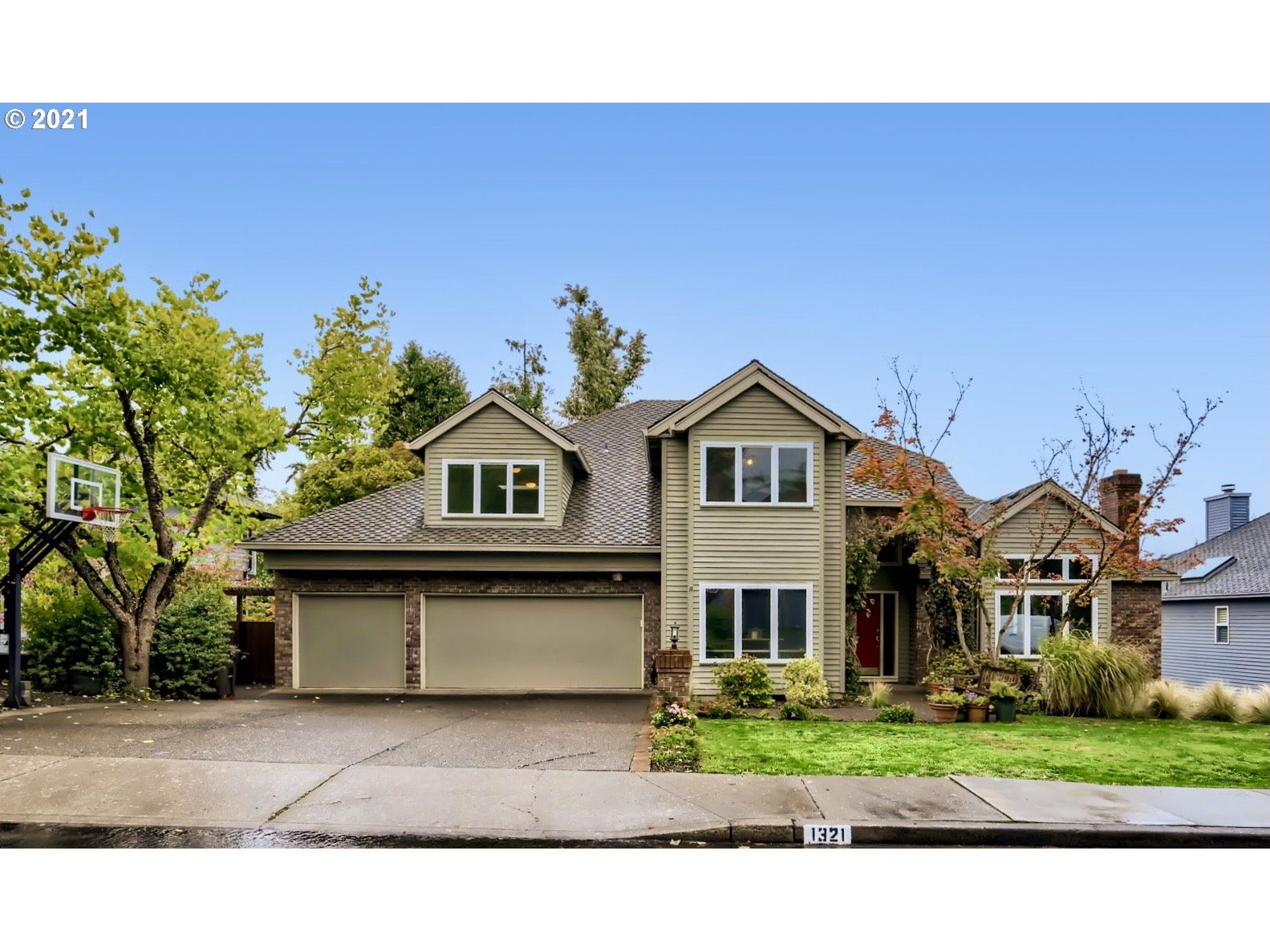 Photo of 1321 STONEHAVEN DR, West Linn, OR 97068 (MLS # 21451775)
