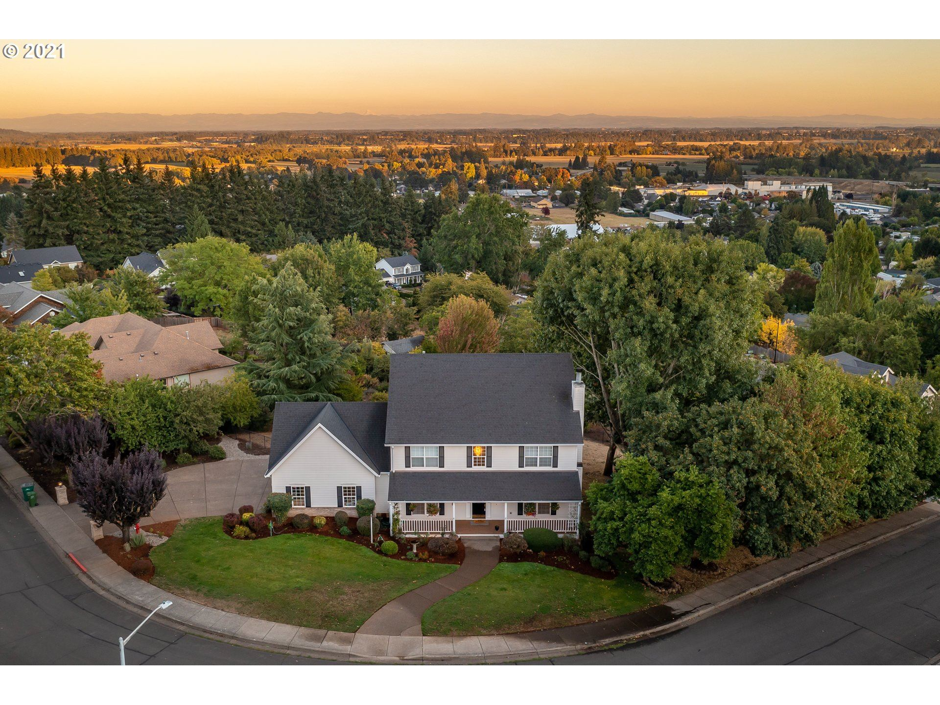 Photo of 825 SW VIEW CREST DR, Dundee, OR 97115 (MLS # 21461865)