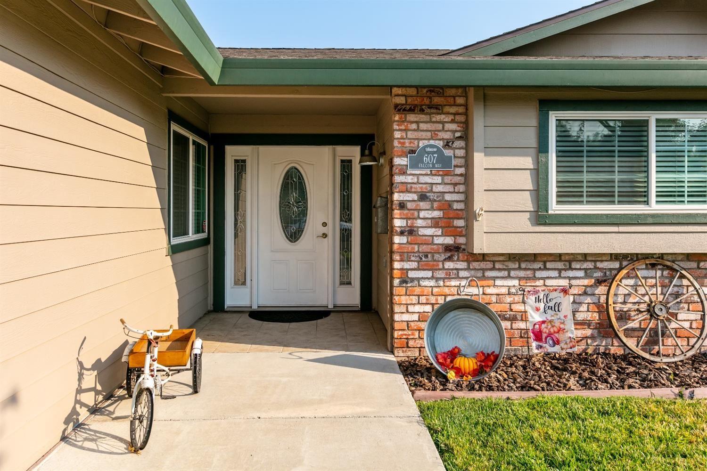 Photo of 607 Falcon Way, Roseville, CA 95661 (MLS # 221118027)