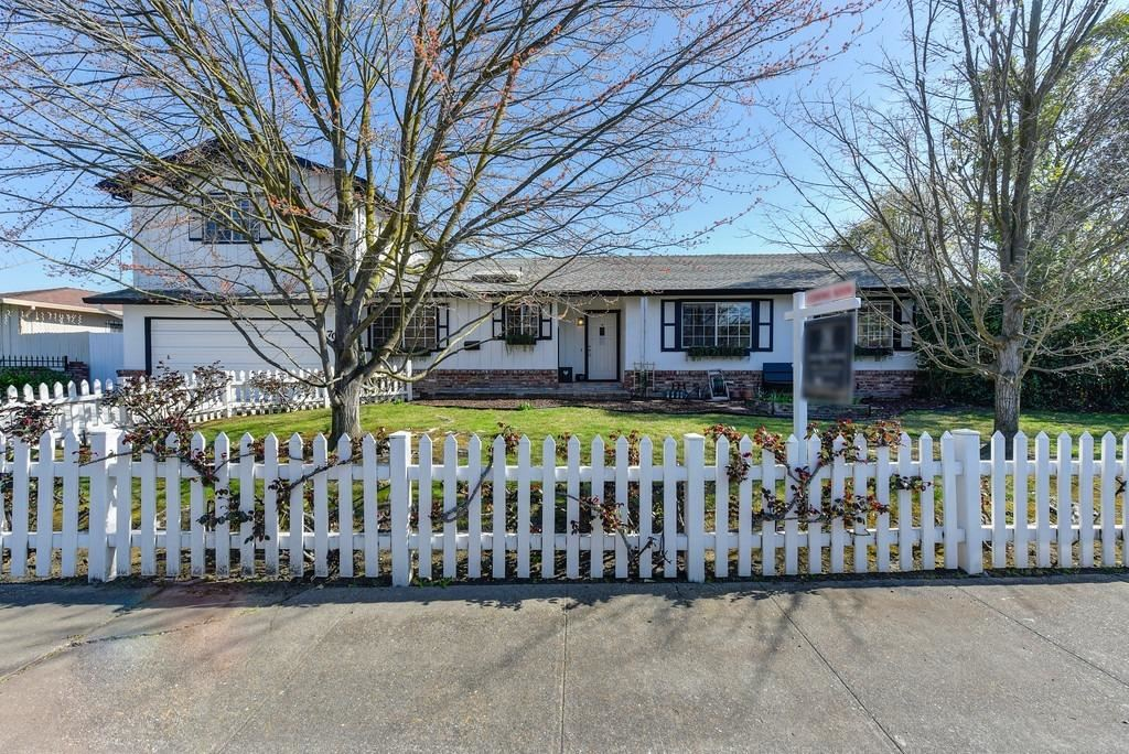 Photo of 7018 Cromwell Way, Sacramento, CA 95822 (MLS # 221015092)