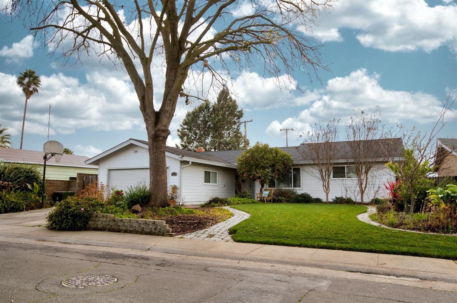 Photo of 10542 Italia Way, Rancho Cordova, CA 95670 (MLS # 221006191)