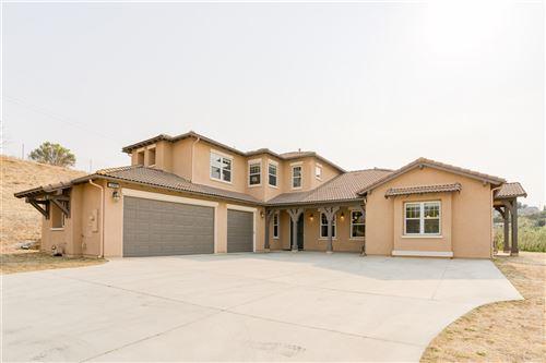 Photo of 398 Highland Oaks Ct, Fallbrook, CA 92028 (MLS # 200044155)