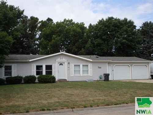 Photo of 661 7th Avenue NW, Sioux Center, IA 51259 (MLS # 810065)