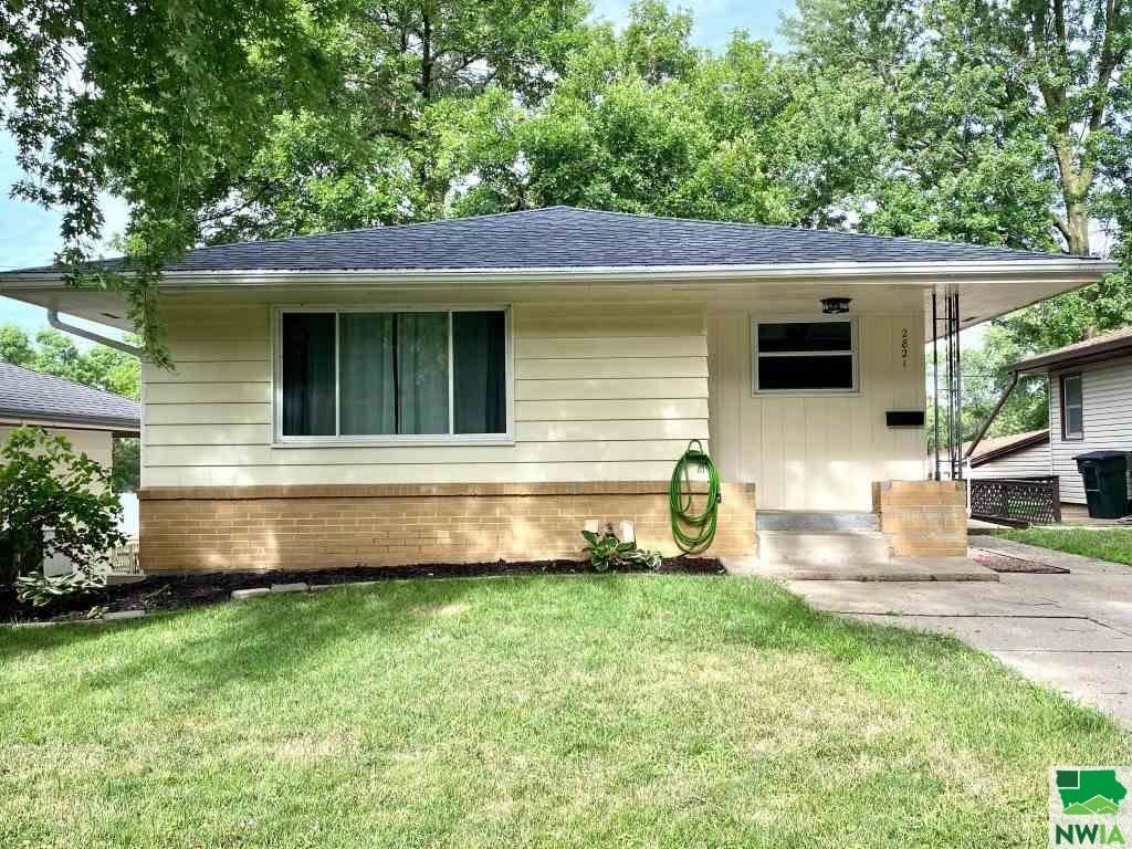 Photo for 2821 S Cypress St, Sioux City, IA 51106 (MLS # 810200)