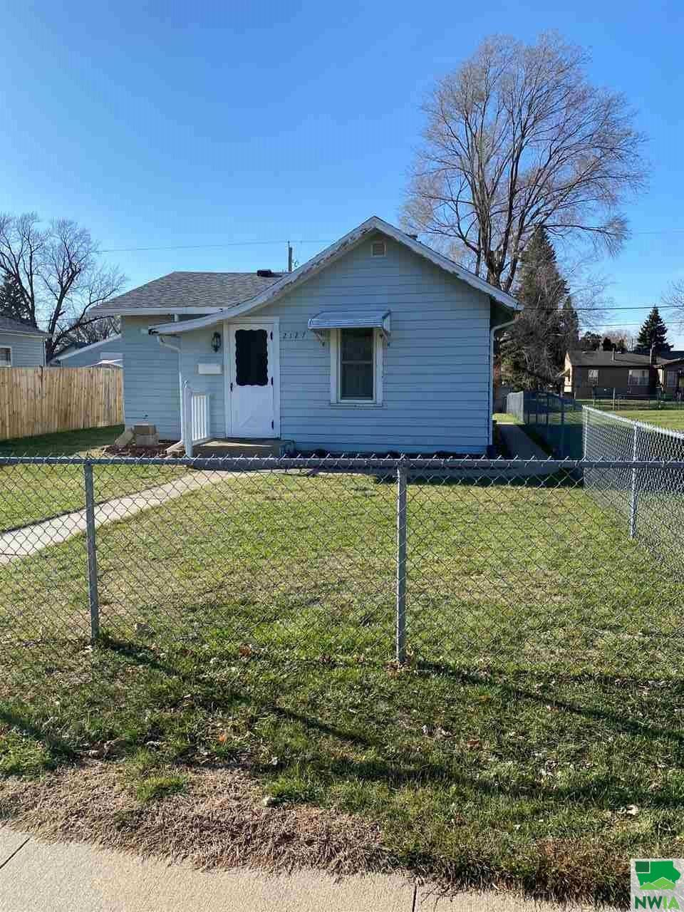 Photo for 2127 Dewey St, Sioux City, IA 51109 (MLS # 811503)