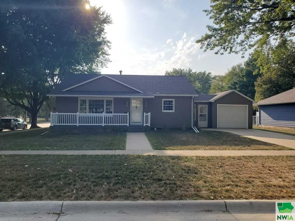 Photo for 426 Delaware Ave SW, Orange City, IA 51041-1661 (MLS # 810552)