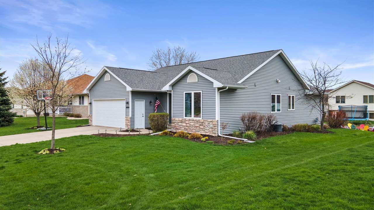 680 Stonehaven Dr, Sun Prairie, WI 53590 - #: 1907085