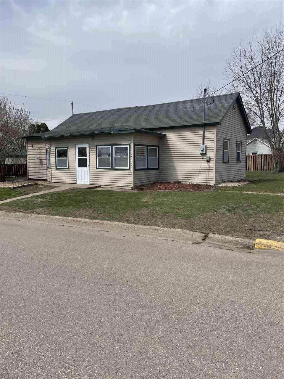 1317 S BEAUMONT RD, Prairie du Chien, WI 53821 - #: 1905300