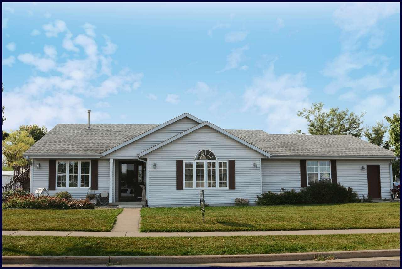 240 Crestview Ln, Lake Mills, WI 53551 - #: 1890883