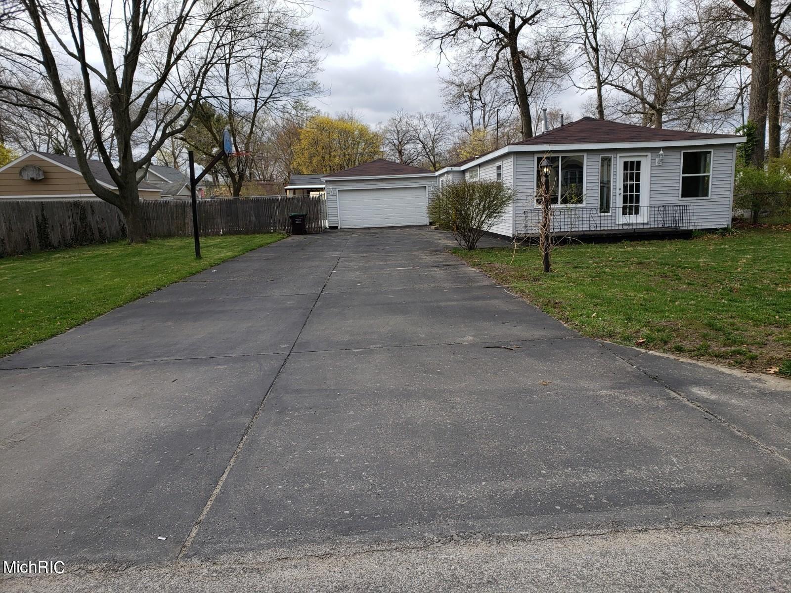 Photo of 2353 Oak Avenue, Muskegon, MI 49442 (MLS # 21013173)