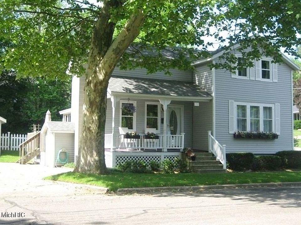 Photo of 302 Clinton Avenue, Grand Haven, MI 49417 (MLS # 21012763)