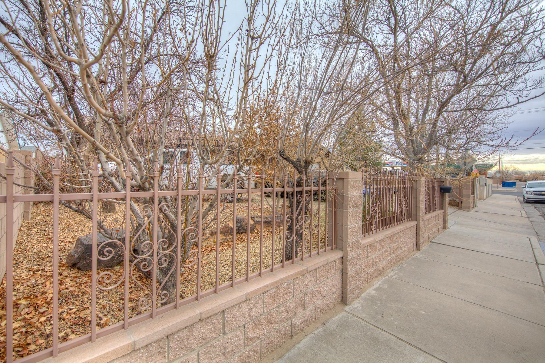 Photo of 704 ESTANCIA Drive NW, Albuquerque, NM 87105 (MLS # 984201)