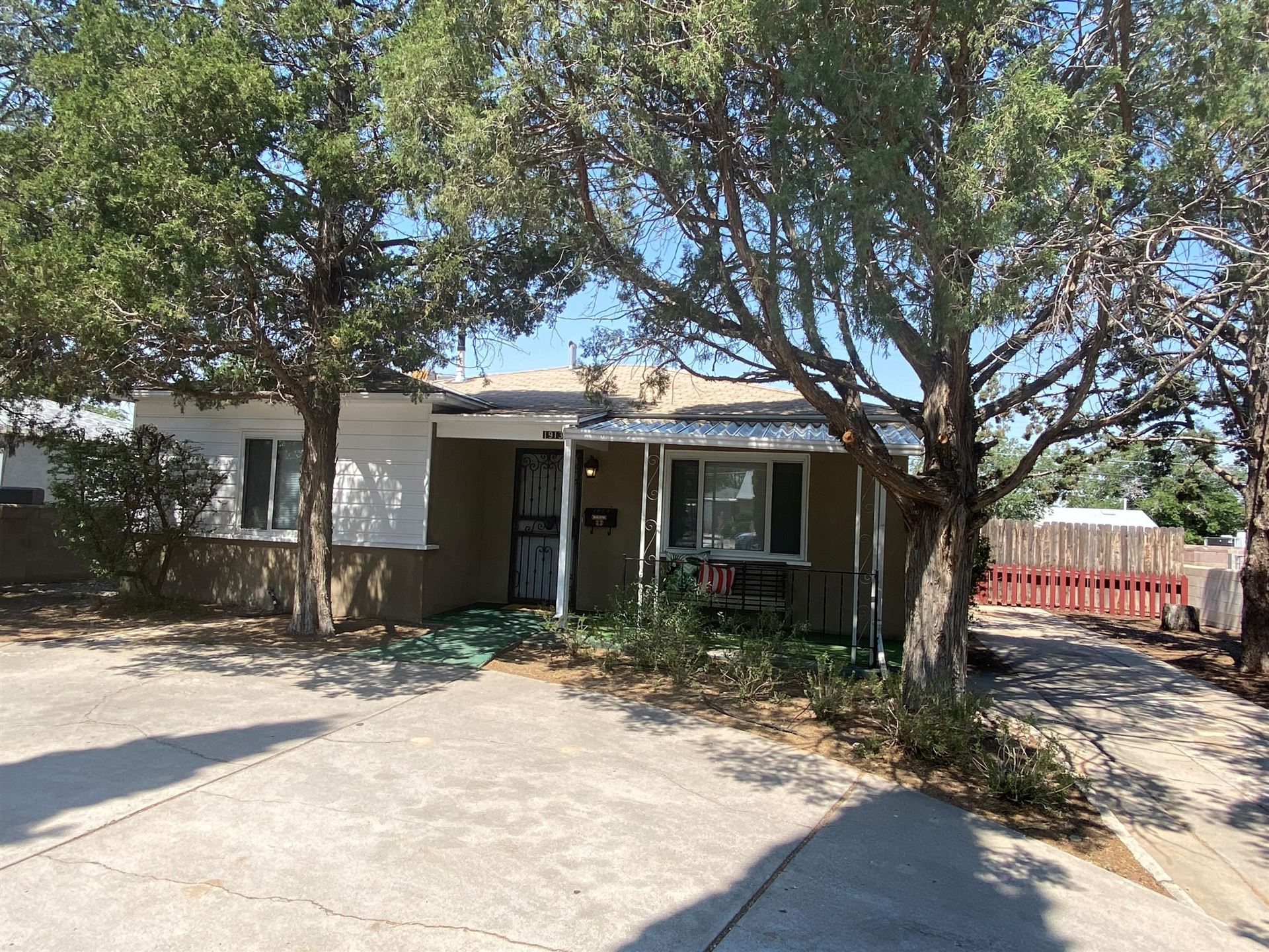 Photo of 1913 PALOMAS Drive NE, Albuquerque, NM 87110 (MLS # 994559)