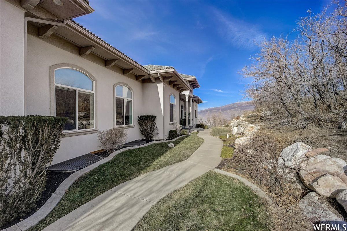 Photo of 1615 E MAPLE HILLS DR, Bountiful, UT 84010 (MLS # 1716490)