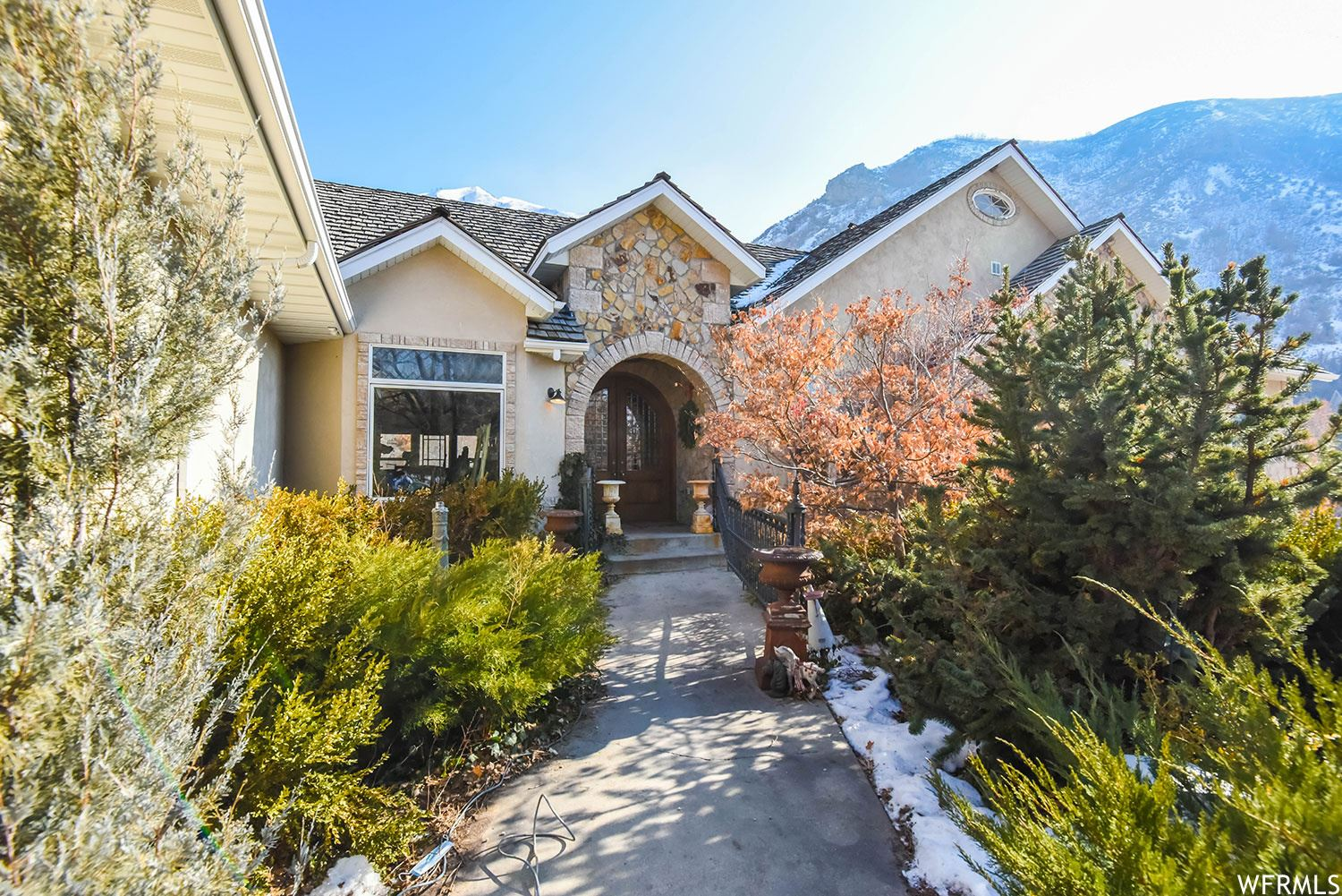 Photo of 1044 S OAK LEAF LN, Springville, UT 84663 (MLS # 1719880)