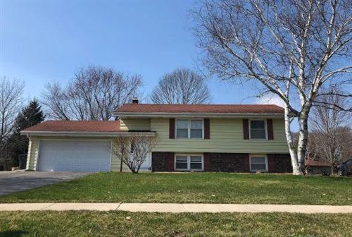 Photo of 764 E Imperial Dr, Hartland, WI 53029 (MLS # 1684013)