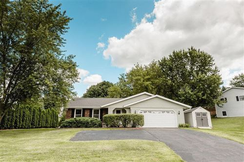 Photo of 906 Manchester Ct, Hartland, WI 53029 (MLS # 1672375)