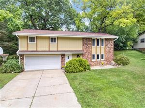 Photo of 720 Coventry Ln, Hartland, WI 53029 (MLS # 1654983)