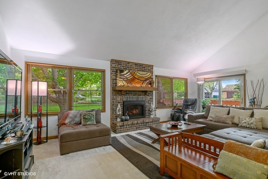 Living room at 350 Tanglewood Dr. in Gurnee, IL