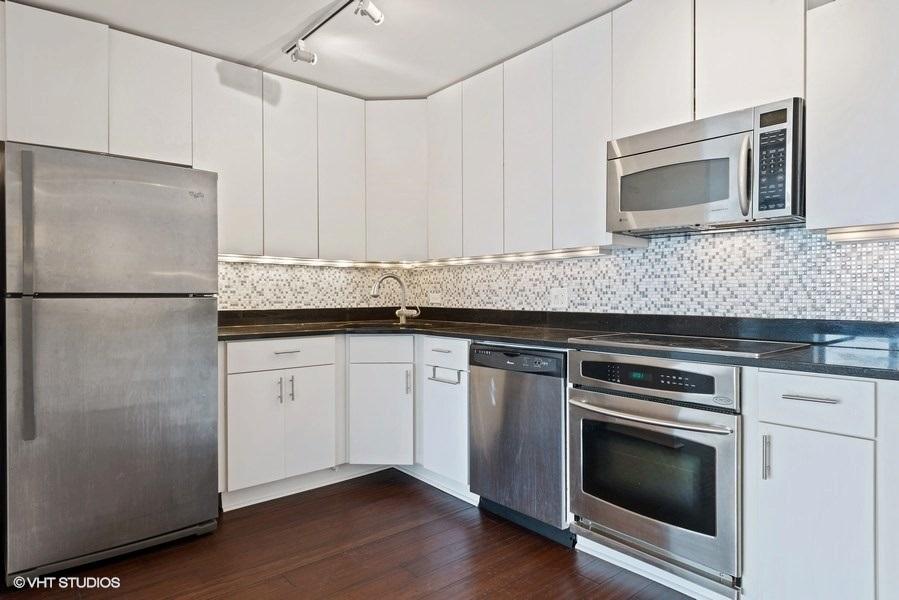 04-393-pine-grove-unit2104-kitchen