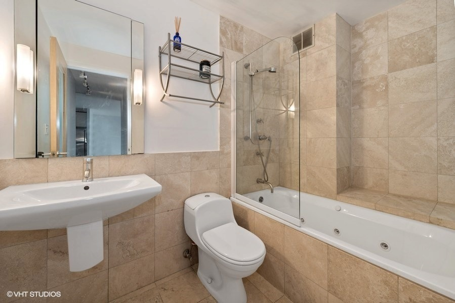 09-393-pine-grove-unit2104-bathroom