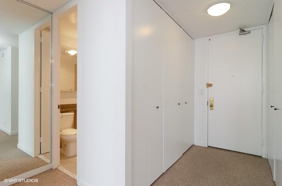 01-655-irving-park-unit3915-foyer