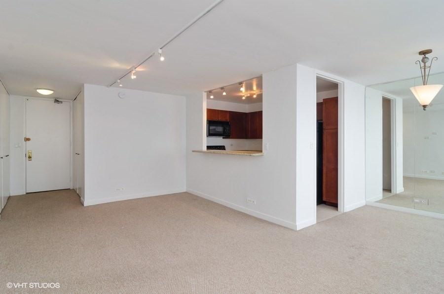 06-655-irving-park-unit3915-kitchen-living-room