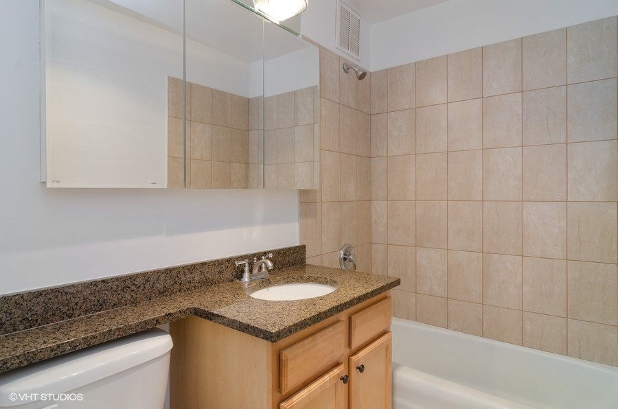 10-655-irving-park-unit3915-bathroom