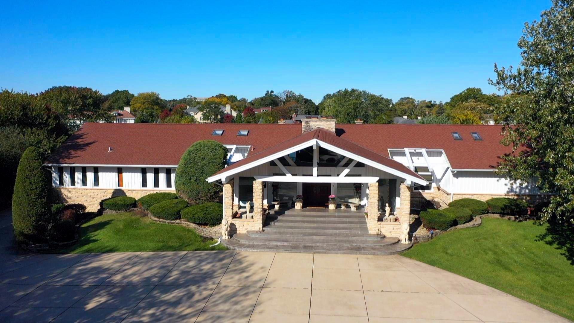 Oak Brook                                                                      , IL - $1,699,000